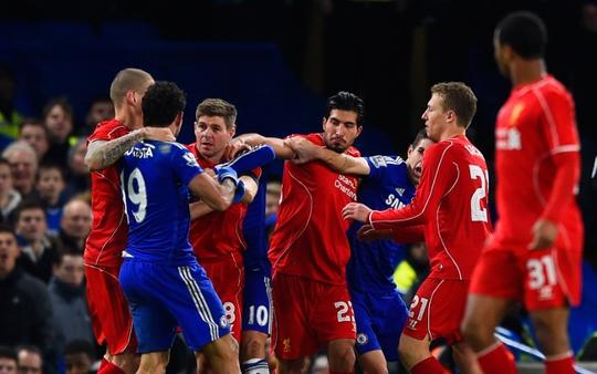 Ngoài việc đạp chân Can, Costa còn gây hấn với Gerrard