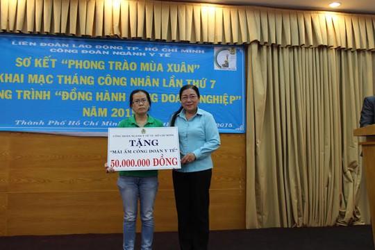 Bà Nguyễn Thị Bích Thủy, Phó Chủ tịch LĐLĐ TP HCM, trao Mái  ấm Công đoàn cho đoàn viên khó khăn