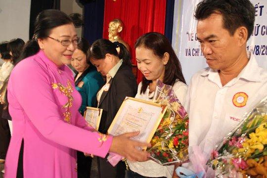Bà Nguyễn Thị Bích Thủy, Phó Chủ tịch LĐLĐ TP HCM, trao  bằng khen cho các tập thể xuất sắc