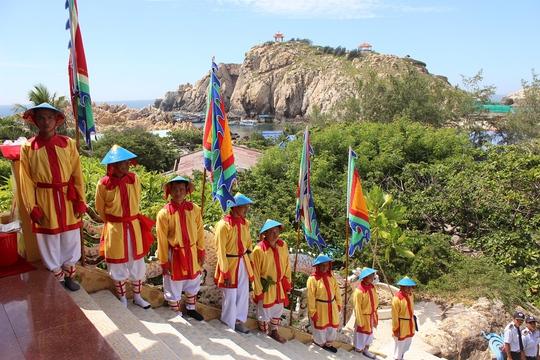 Đảo Hòn Nội nhìn từ miếu thời tổ nghề yến