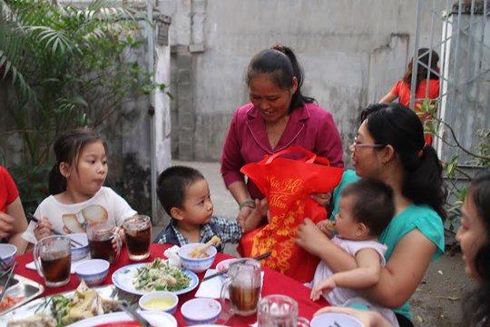 Bà Lê Thị Thanh Hoa, tặng quà Tết tặng công nhân nhà trọ