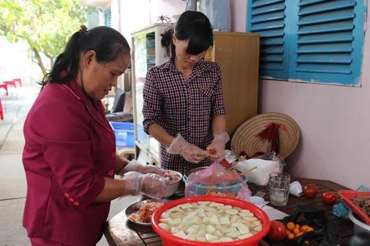 Chủ nhà trọ Lê Thị Thanh Hoa nấu tiệc tất niên cho công nhân