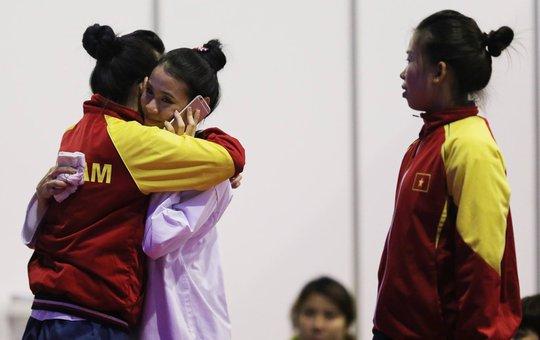 Châu Tuyết Vân an ủi một đối thủ Thái Lan