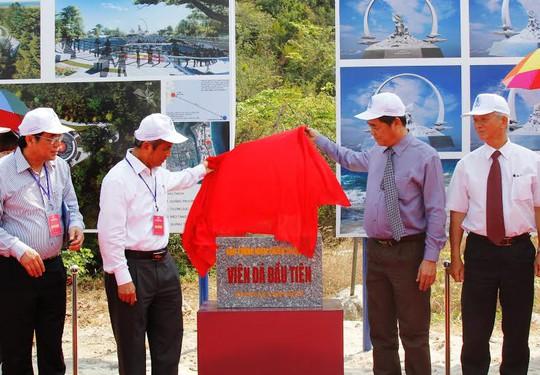 Lãnh đạo Tổng LĐLĐ Việt Nam và UBND tỉnh Khánh Hòa tại lễ đặt viên đá xây dựng Khu tưởng niệm chiến sĩ Gạc Ma ẢNH: KỲ NAM