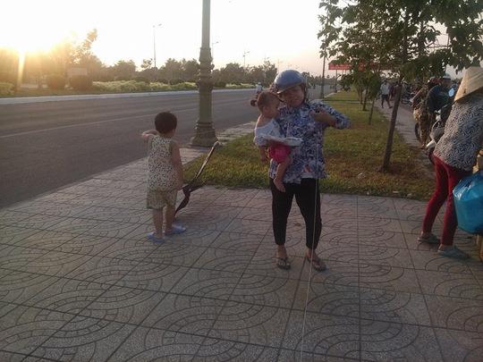 Dây diều mắc vào người phụ nữ đang cho con ăn trên vỉa hè đường