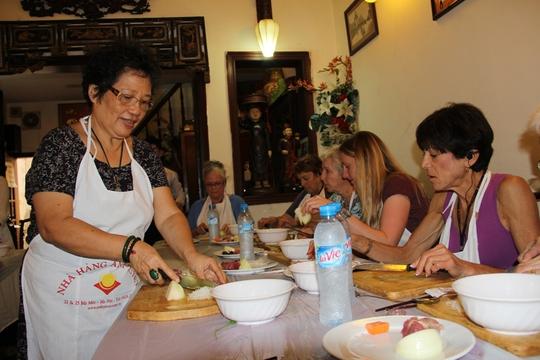 Bà Ánh Tuyết say mê dạy học viên người nước ngoài chế biến các món ăn Hà Nội