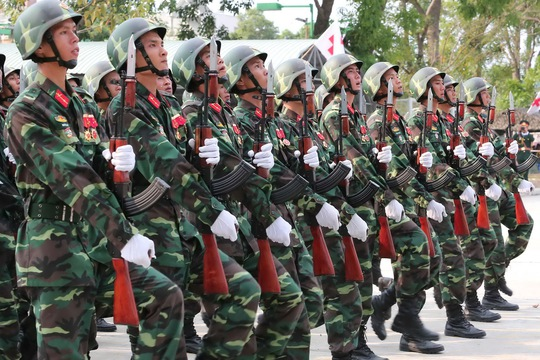 Trong lúc tập, hàng trăm sĩ quan chỉ huy luân phiên nhắc nhở chiến sĩ giữ đúng cự ly, cánh đánh tay, đánh mặt, nâng chân.