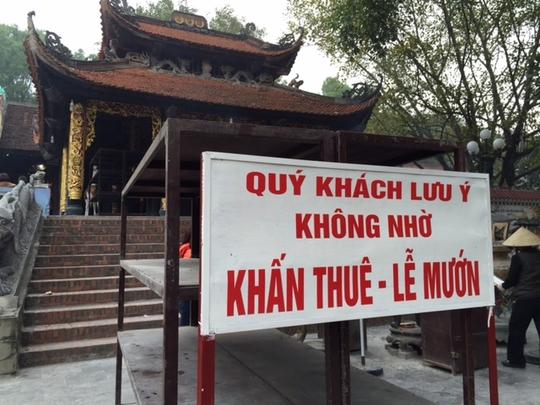 """Tấm biển nhắc nhở du khách không nhờ người """"khấn thuê, lễ mướn"""" được treo ở Đền Bà Chúa Kho"""