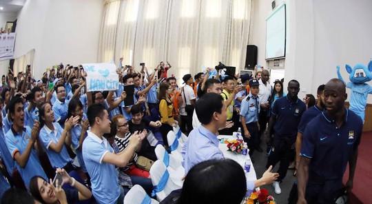 Rất đông sinh viênĐHQG Hà Nội chào đón Sagna và đồng đội