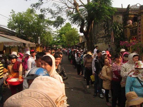 Hàng người xếp hàng dài hàng cây số, kéo dài từ đương Phan Chu Trinh tới đường Trần Phú