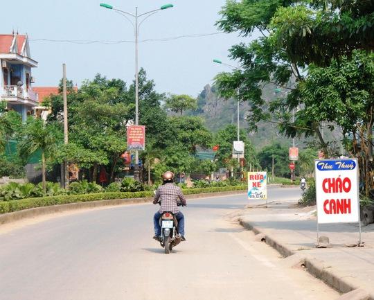 Biển quảng cáo vô tư nằm trên hay đặt dưới lề đường mọc dạy đặc tuyến đường vào Di sản VQG Phong Nha – Kẻ Bàng