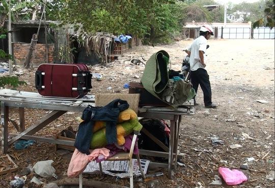 Người dân phải di chuyển đồ đạc ra ngoài vì sợ lửa cháy lan