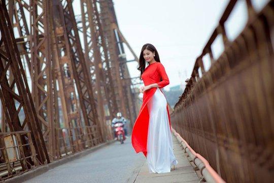 Diễm Trang thướt tha áo dài bên cầu Long Biên (Hà Nội)