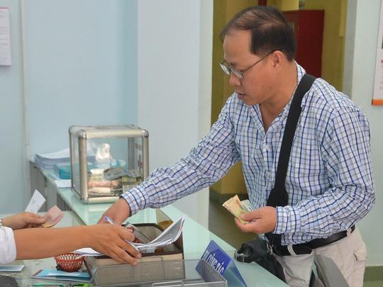 Người dân nộp lệ phí khi làm thủ tục hành chính tại TP HCMẢnh: Tấn Thạnh