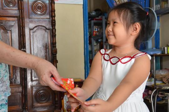 Phong tục tặng bao lì xì cho trẻ em của người Việt Nam vốn đầy ý nghĩaẢnh: Tấn Thạnh