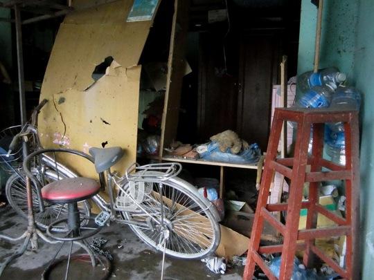 Bên trong căn nhà là đống đổ nát, nhiều vật dụng xáo trộn, hư hỏng