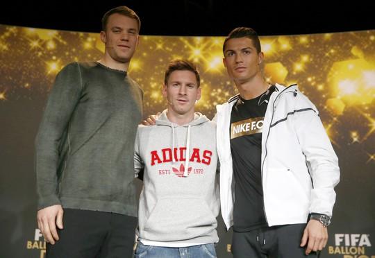 Từ trái sáng: Thủ môn Neuer, Messi, Ronaldo: Quả bóng đồng, bạc và vàng 2014