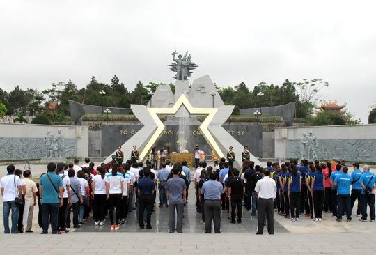 Đoàn VĐV giải bóng chuyền dâng hương ở Nghĩa trang liệt sĩ Đường 9 (Quảng Trị)
