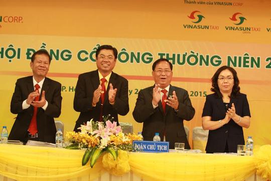 Đoàn chủ tịch ra mắt đại hội cổ đông Vinasun sáng 24-4