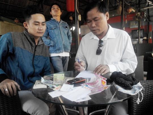 Đối tượng lừa đảo Vũ Đại Huynh (bìa phải)