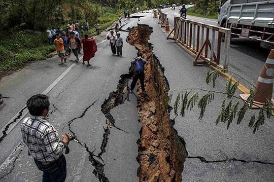 Hình ảnh từ trận động đất tấn công hôm 25-4. Ảnh: Hindustan Times