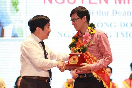 Ông Nguyễn Văn Đông, Trưởng Ban Tuyên giáo Tổng LĐLĐ Việt Nam, chúc mừng các đảng viên tiêu biểu ảnh: HOÀNG TRIỀU
