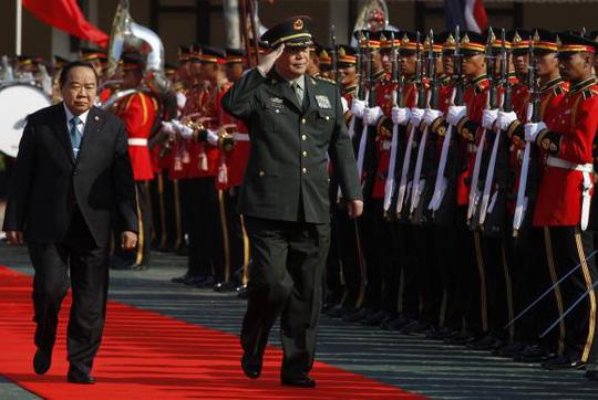 Bộ trưởng Quốc phòng Trung Quốc Thường Vạn Toàn và người đồng cấp Thái Lan Prawit Wongsuwan. Ảnh: Reuters