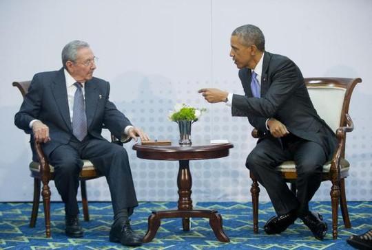 Tổng thống Mỹ Barack Obama và Chủ tịch Cuba ông Raul Castro trong cuộc hội đàm lịch sử. Ảnh: AP