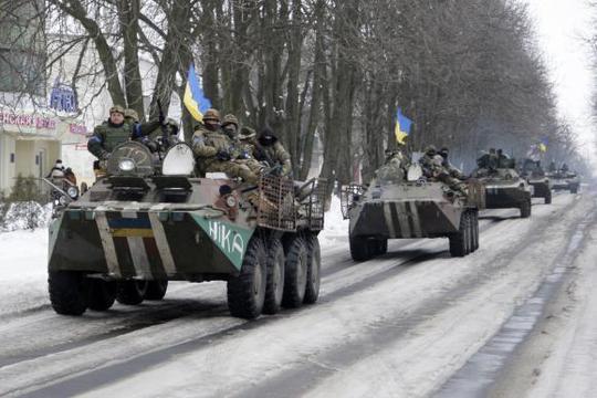 Lực lượng vũ trang Ukraine lái xe bọc thép tại thị trấn Volnovakha, phía Đông Ukraine. Ảnh: Reuters