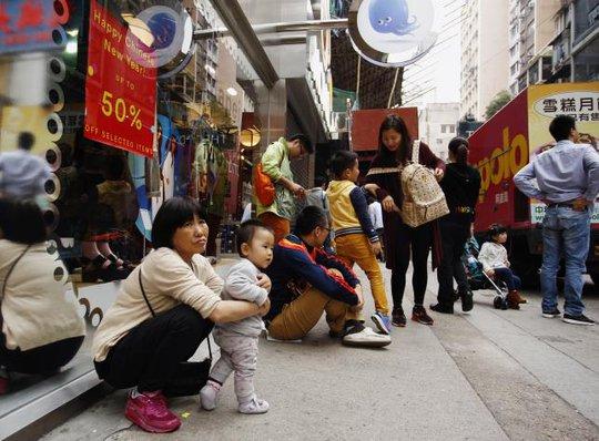 Người dân Hồng Kông bực tức vì du khách đại lục đổ xô đến. Ảnh: Reuters