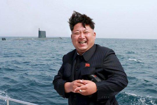 Kim Jong - un chỉ đạo vụ thử tên lửa. Ảnh: Reuters