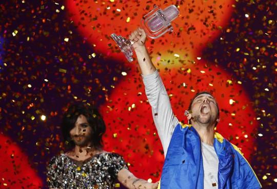 Mans Zelmerlow hạnh phúc lúc đăng quang