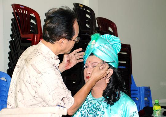 NSƯT Trịnh Xuân Chính hóa trang cho NSƯT Trọng Phúc chuẩn bị vào vai Đức Phật