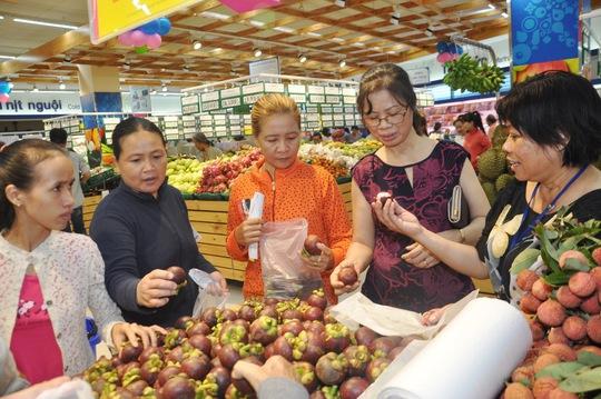 Khách hàng chọn mua trái cây tại Co.opmart Bình Dương 2 sáng 25-6