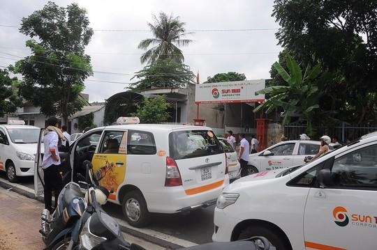 Hàng chục lái xe kéo đến trụ sở Suntaxi tại Kon Tum đòi quyền lợi