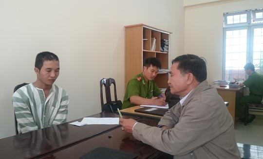 Luật sư Lộc trò chuyện với Hào Anh tại nơi giam giữ.