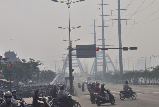 """Buổi sáng, ùn ứ xảy ra nghiêm trọng tại khu vực nút đèn tín hiệu giao thông giao lộ Phạm Văn Đồng – Nguyễn Xí từ khoảng 6 giờ 30 phút đến gần 8 giờ.Nhiều người khá mệt mỏi khi lưu thông qua đây và phần lớn đều muốn """"chui"""" qua làn đường ô tô lưu thông để kịp giờ làm, giờ học"""