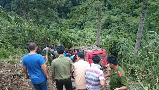 Xe khách chở gần 50 người lao xuống vực đèo Lò Xo