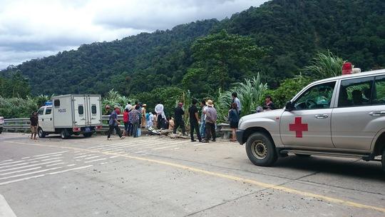 Các xe cứu thương túc trực sẵn chờ đưa nạn nhân đến bệnh viện