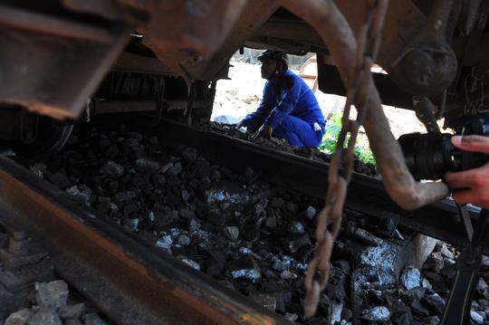 Hiện tại toàn bộ đường sắt Bắc Nam bị ngưng trệ do sự cố tàu trật khỏi đường ray. Ảnh: T.Trực