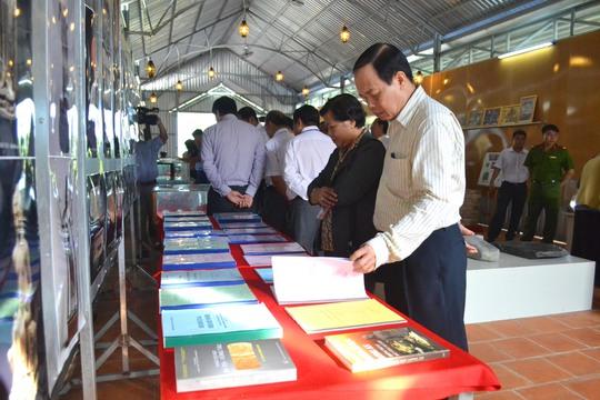 Lãnh đạo tỉnh An Giang cũng các địa phương bạn tham quan nơi trưng bày hiện vật cổ và các tài liệu khảo cổ có liên quan