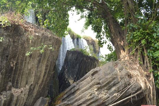 Nghỉ lễ trong nắng nóng, dân ùn ùn kéo đi ngắm thác