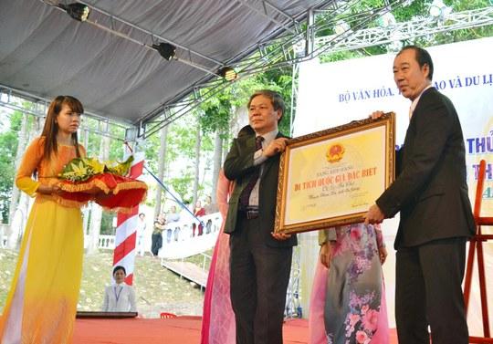 Đại diện Sở Văn hóa, Thể thao-Du lịch nhận bằng công nhận Óc Eo-Ba Thê là di tích Quốc gia đặc biệt.