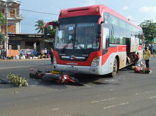 Va chạm với xe khách, người đàn ông bị kéo lê gần 10 mét