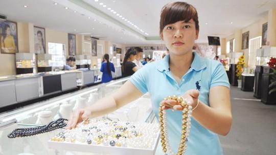 Nhân viên bán ngọc trai tại một cửa hàng của Hồ Phi Thủy trên đảo Phú Quốc