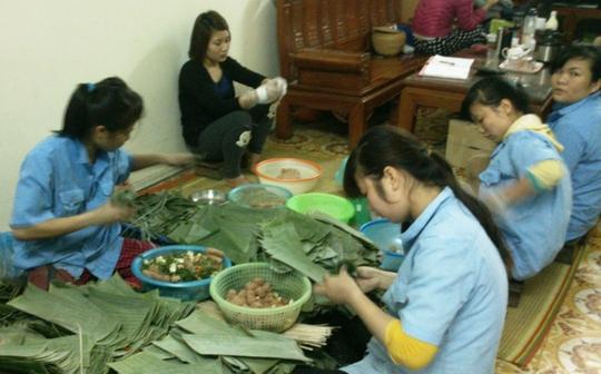 Cơ sở nem chua Thắng Tuyến đã ngừng đặt bán nem chua từ ngày 23 tháng chạp, nhưng lao động vẫn đang mịt mài sản xuất hàng ngàn cái nem khách đã đặt trước đó