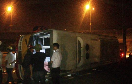 Chiếc xe khách nằm ngang đường sau khi bị xe hổ vồ tông