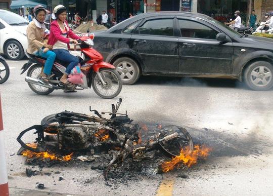 Chiếc xe máy bốc cháy dữ dội khi đang lưu thông trên đường phố ở Thanh Hóa