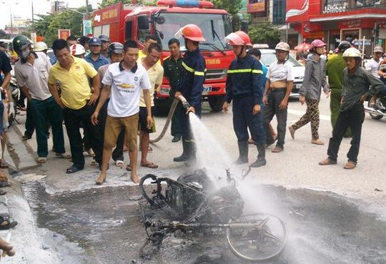 Khi lực lượng cứu hỏa tới nơi thì chiếc xe đã cháy trơ khung