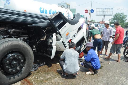 Cabib xe đầu kéo bị đống thép khủng đẩy gãy gục hẳn xuống mặt đường